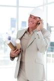 Arquiteto sênior em modelos carreg do telefone Fotos de Stock Royalty Free