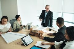 Arquiteto Showing Miniature Building na reunião de negócios com cliente imagem de stock