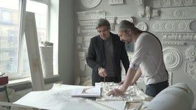 Arquiteto superior que critica o escultor do homem das FO do trabalho filme