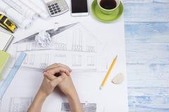 Arquiteto Working On Blueprint Local de trabalho dos arquitetos - projeto arquitetónico, modelos, régua, calculadora, portátil e Foto de Stock Royalty Free