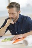 Arquiteto Working On Blueprint na mesa foto de stock royalty free