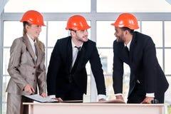 Arquitetos alegres dos homens de negócios Arquiteto de três businessmеn mim Imagens de Stock