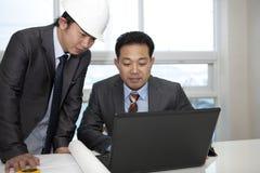 Arquitetos asiáticos que trabalham no planeamento Fotos de Stock Royalty Free