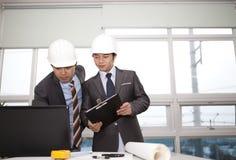 Arquitetos asiáticos que trabalham no planeamento Fotografia de Stock
