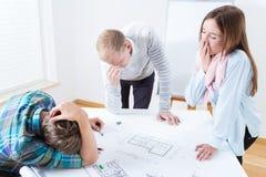 Arquitetos cansados no trabalho imagens de stock