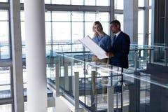 Arquitetos dos Caucasians que discutem sobre o modelo no escritório fotos de stock royalty free