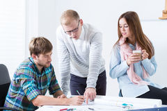 Arquitetos durante o trabalho em um escritório moderno Imagem de Stock Royalty Free