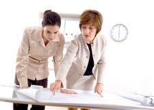 Arquitetos fêmeas que trabalham no escritório Fotografia de Stock Royalty Free