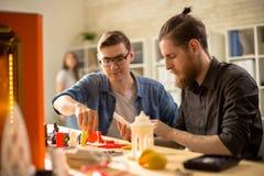 Arquitetos novos que usam a impressora 3D Imagens de Stock Royalty Free
