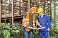 Arquitetos que analisam o modelo fora de incompleto Fotografia de Stock