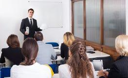 Arquitetos que avançam cursos de formação na sala de aula fotos de stock royalty free