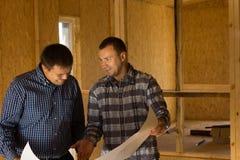 Arquitetos que discutem construindo o design de interiores imagem de stock
