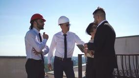 Arquitetos que discutem o projeto no telhado filme