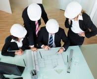 Arquitetos que discutem um modelo Fotografia de Stock Royalty Free