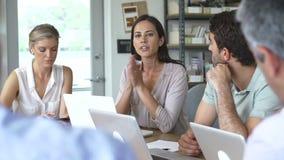 Arquitetos que sentam-se em torno da tabela que tem a reunião vídeos de arquivo