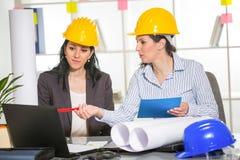 Arquitetos que trabalham no escritório no projeto de construção Foto de Stock Royalty Free
