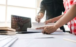 Arquitetos que trabalham no projeto imobiliário do modelo junto conceito do trabalho de Team do coordenador imagens de stock royalty free
