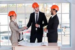Arquitetos seguros que agitam as mãos Imagens de Stock Royalty Free