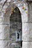Arquitetura arciforme e um telefone público Fotos de Stock Royalty Free