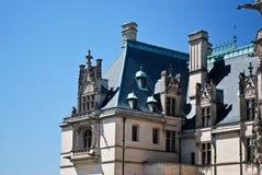 Arquitetura bonita contra um céu azul imagem de stock royalty free