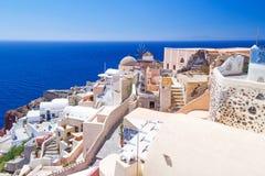 Arquitetura branca da cidade de Oia na ilha de Santorini Fotos de Stock Royalty Free