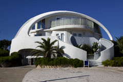 Arquitetura: Casa de praia incomum da forma da abóbada Fotografia de Stock