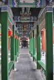 Arquitetura chinesa através da entrada com lanternas Foto de Stock
