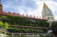 Arquitetura chinesa budista do templo de Kek Lok Si, situada no ar Itam em Penang, Malásia fotografia de stock