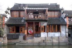 A arquitetura chinesa, construções que alinham os canais da água à cidade de Xitang na província de Zhejiang imagens de stock