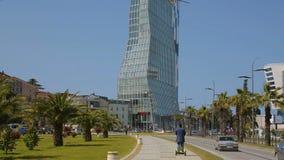 Arquitetura contemporânea de Batumi, projeto futurista, construções dadas forma engraçadas vídeos de arquivo