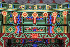 Arquitetura coreana - telhado de madeira colorido do miradouro pintado no estilo floral coreano tradicional Fotografia de Stock