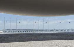 Arquitetura da arena de MEO com teleférico e ponte de Vasco da Gama no fundo fotos de stock