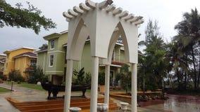 Arquitetura da chuva do hotel das férias do recurso Imagens de Stock Royalty Free