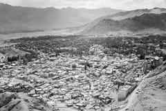 Arquitetura da cidade aérea da cidade de Leh - palácio, casas, montanhas Imagens de Stock