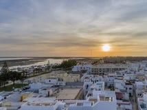 Arquitetura da cidade aérea em Olhao, opinião do por do sol da aldeia piscatória do Algarve da vizinhança antiga de Barreta Fotografia de Stock Royalty Free