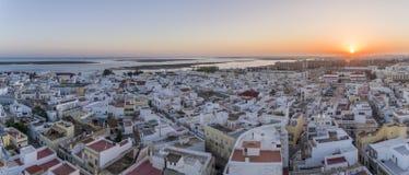 Arquitetura da cidade aérea em Olhao, opinião do por do sol da aldeia piscatória do Algarve da vizinhança antiga de Barreta Imagens de Stock