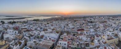 Arquitetura da cidade aérea em Olhao, opinião do por do sol da aldeia piscatória do Algarve da vizinhança antiga de Barreta Imagem de Stock