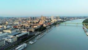 Arquitetura da cidade aérea Eslováquia de Bratislava sobre Danube River no por do sol filme