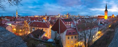 Arquitetura da cidade aérea da noite de Tallinn, Estônia imagens de stock