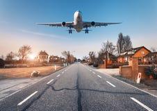 Arquitetura da cidade bonita com avião do passageiro imagens de stock