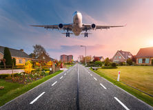 Arquitetura da cidade bonita com avião do passageiro fotografia de stock royalty free
