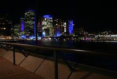 Arquitetura da cidade circular na noite, Sydney Harbor do cais Nightscape da margem da cidade Skyline icónica de arranha-céus do  fotografia de stock royalty free