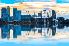 Arquitetura da cidade com Canary Wharf no por do sol Imagens de Stock Royalty Free