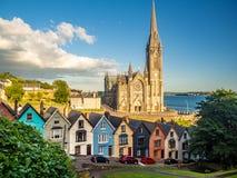 Arquitetura da cidade com casas e a catedral coloridas na Irlanda de Cobh imagens de stock royalty free