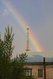 Arquitetura da cidade com construção e a árvore velhas do arco-íris Fotografia de Stock
