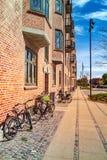 arquitetura da cidade com construções e as bicicletas estacionadas na rua vazia Imagens de Stock Royalty Free
