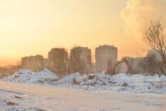 Arquitetura da cidade com construções residenciais no por do sol do inverno fotos de stock royalty free