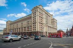Arquitetura da cidade com o hotel de quatro estações, o ônibus de turista e os carros em r Imagem de Stock