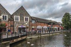 Arquitetura da cidade com rio Avon em Salisbúria, Inglaterra foto de stock royalty free