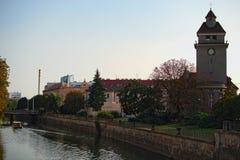 Arquitetura da cidade com rio de Morava com uma igreja evangélica em Olomouc, República Checa Noite do verão Imagens de Stock